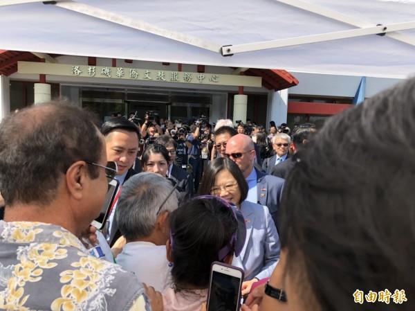總統抵美行程公開化, 訪僑委會機構並與僑胞握手不設限。(特派記者蘇永耀攝)