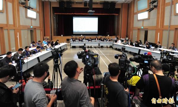 華航協商會議在13日凌晨一點在交通部舉行。(記者王藝菘攝)