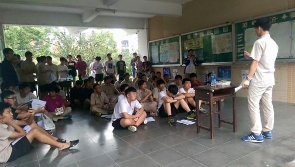 高中生站出來反對黑箱課綱,由高中老師、大學教授、教育團體等共同組成的反黑箱課綱行動聯盟表示支持,並開放信箱提供協助。(圖擷自臉書)