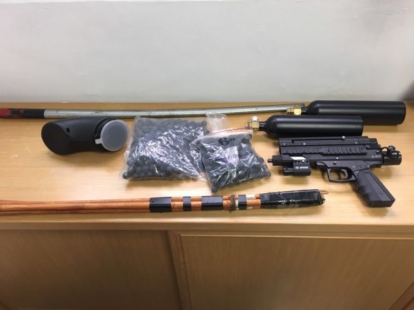 警方起獲瓦斯衝鋒槍、鐵棍、木劍、藤條等物品。(翻攝資料照)