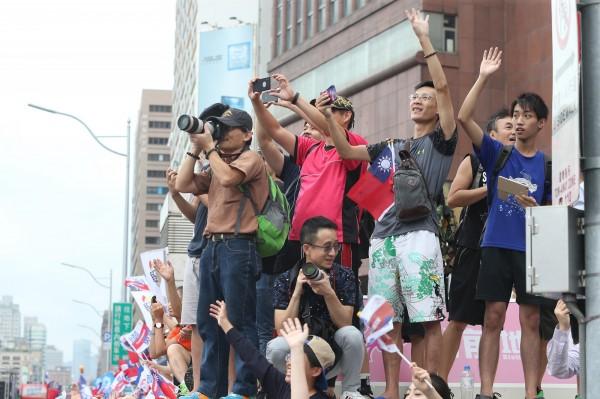 大批民眾夾道爭相搶拍台灣隊選手。(中央社)