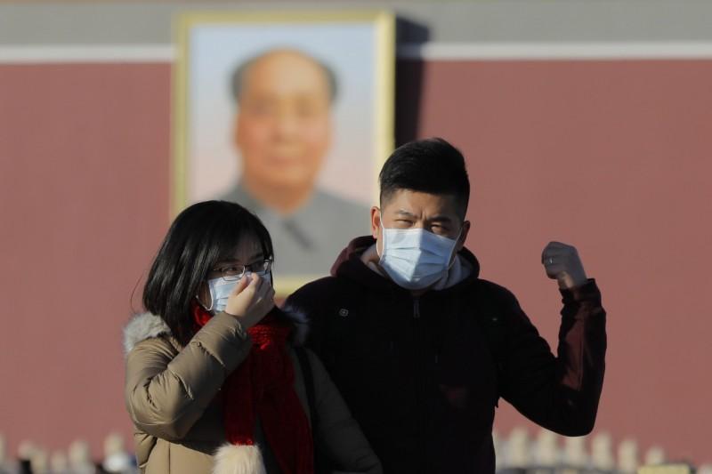 與中國接壤的俄羅斯對武漢肺炎不敢大意,已針對中國旅客加強檢疫。圖為在北京天安門廣場外戴上口罩的中國民眾。(歐新社)