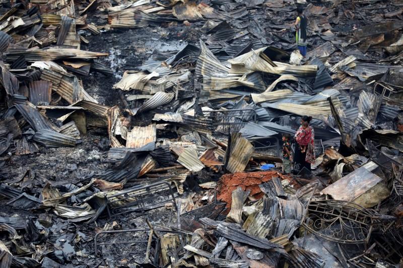 位於孟加拉首都達卡「查蘭提卡」的貧民窟於16日晚間突然發生大火,當局雖立刻出動人員救災,仍有約1萬5000間住宅被燒毀。(路透)