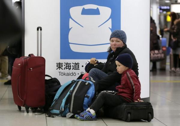 暴風雪造成交通大亂,旅客受影響。(歐新社)