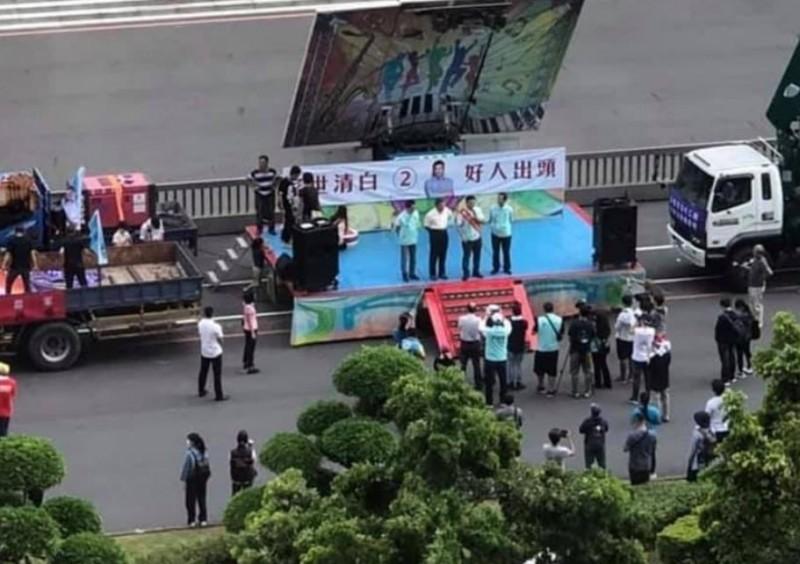 高雄市長補選在即,台北市長柯文哲昨(8)日也特地南下替自家民眾黨候選人吳益政站台。然而,現場空拍照曝光卻只見到場面冷冷清清。(圖擷取自臉書_抓到了!這梗很綠)