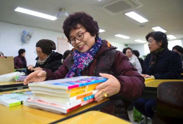 南韓今(26)日發布的一份研究報告顯示,50歲以上的中老年人認為,平均68.5歲才是老年的起點。(資料照,法新社)
