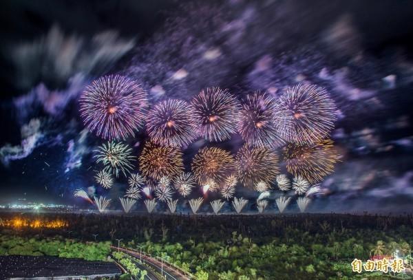 去年國慶煙火在台東施放,號稱是台灣史上最壯觀的國慶煙火。(資料照,記者張忠義攝)