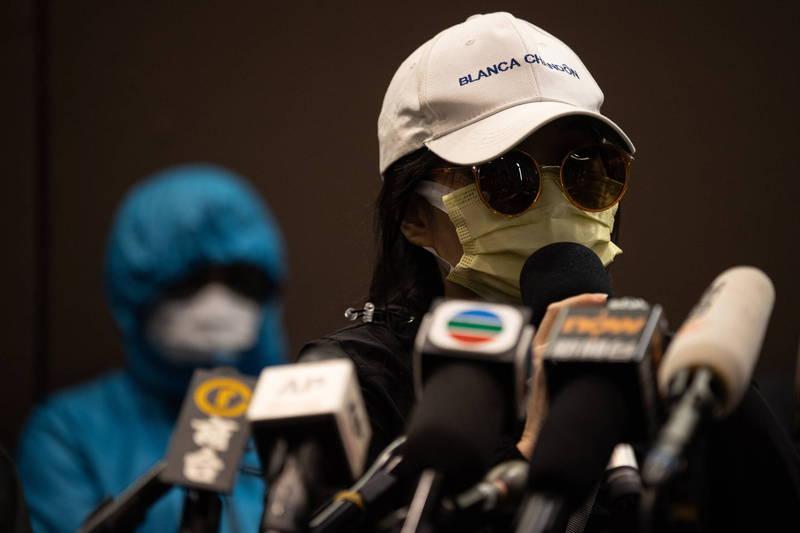 12名香港青年計畫偷渡台灣遭中國海警截獲,正被關押在深圳市鹽田公安分局,音訊全無。對此,其中1名被捕港人鄧棨然的弟弟在節目上指香港政府沒有提供協助。圖為被捕港人家屬在12日召開記者會,對外做出聲明。(歐新社)