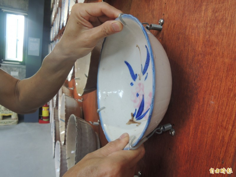 台灣碗盤博物館使用防震神器,固定保護牆面碗盤。(記者江志雄攝)