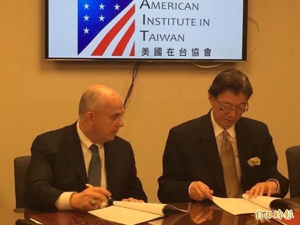 美國在台協會執行理事唐若文(左)與台灣駐美代表沈呂巡(右),於今天美台簽署聯合聲明給予雙方人民電子通關待遇。(記者曹郁芬攝)