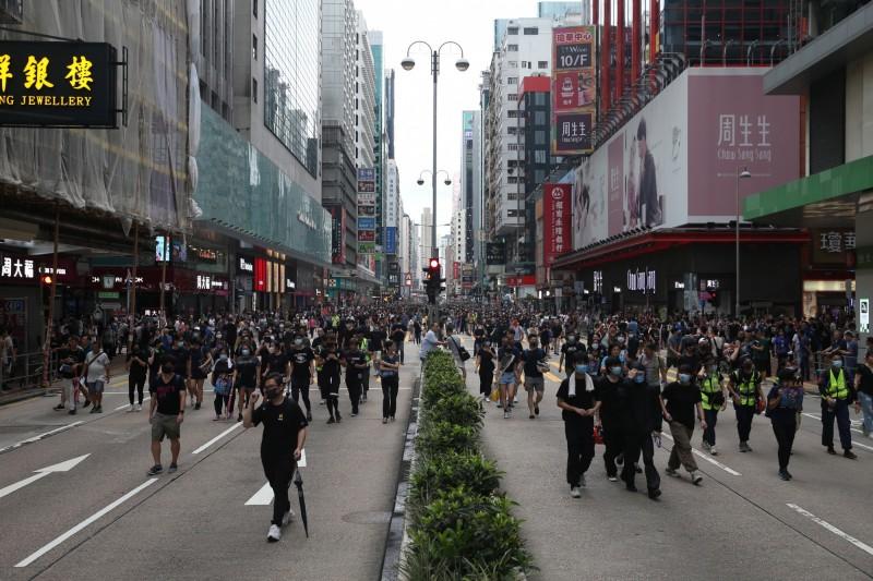 大批群眾脫離原遊行路線,佔據旺角地區主幹道彌敦道。(歐新社)