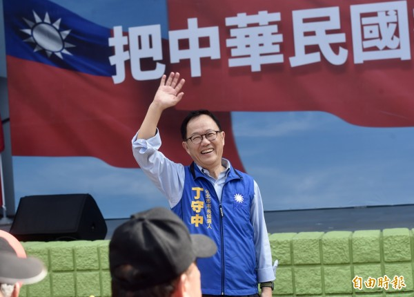 國民黨台北市長參選人丁守中6日出席「把中華民國撐起來愛國旗」活動。(記者簡榮豐攝)
