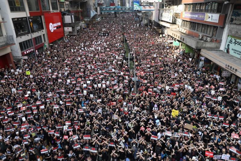 港人再度於今日走上街頭抗議,要求林鄭撤回《逃犯條例》法案、立即下台。(歐新社)