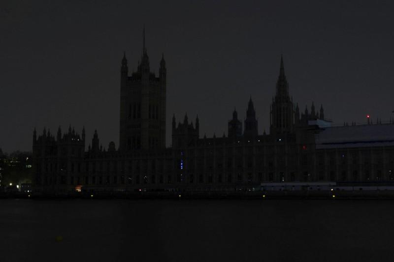 英國國會所在地、著名古蹟西敏宮(Palace of Westminster)響應「地球一小時」活動。(美聯社)
