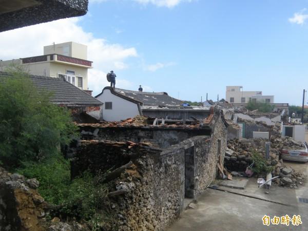 澎湖馬公空難自去年7月發生至今,已過去9個月,但當地的清理狀況有限,不僅只清出馬路,卻把壞掉的磚瓦推到旁邊,更有村民指目前仍能撿到飛機零件。(資料照,記者劉禹慶攝)