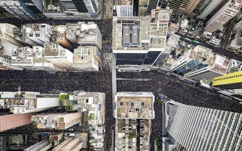 「2,000,001」 - 200萬名香港人2019年6月19日走上街頭,要求政府撤回充滿爭議的引渡條例,在這場三分之一香港人參加的歷史性大遊行前夕,抗議人士梁凌杰在市中心懸掛抗議布條後身亡。 (Tugo Cheng/Drone Photo Awards 2020授權)