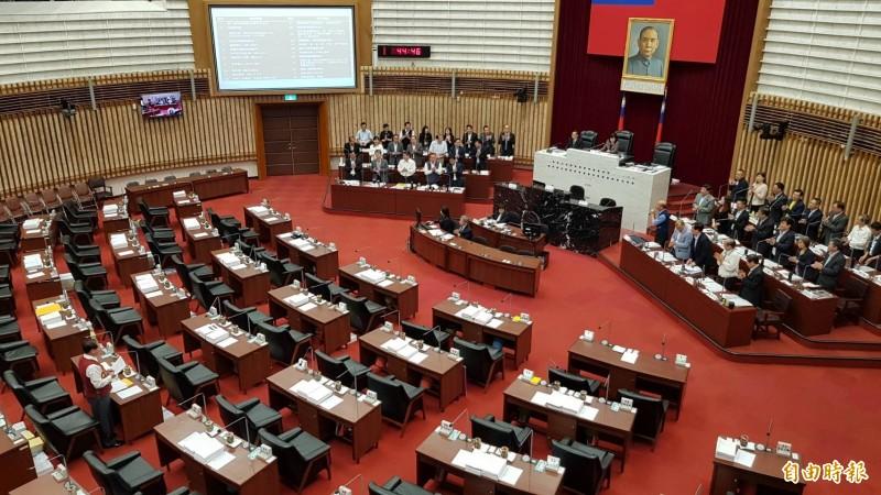 國民黨議員王義雄質詢時,突然要求列席官員「全體起立、為韓市長鼓掌」,全場傻眼。(記者陳文嬋攝)