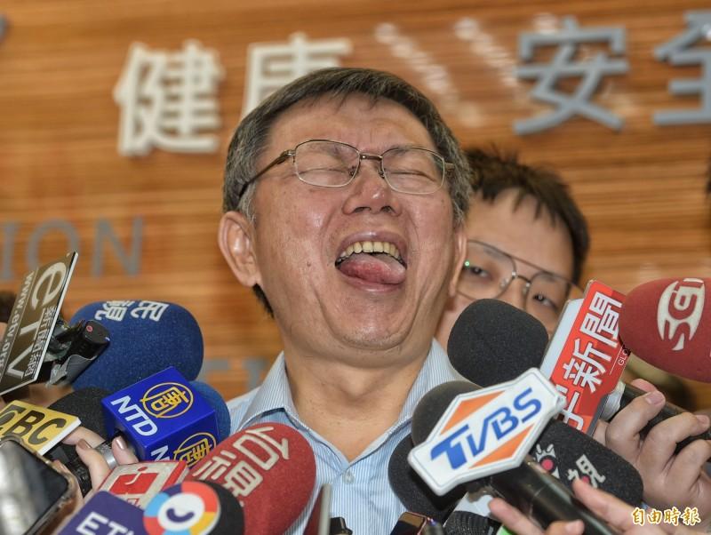 台北市長柯文哲今天受訪,用各種表情、吐舌回應媒體提問。(記者張嘉明攝)