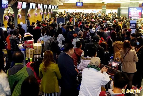 外交部擬提高在機場補辦護照的費用。(資料照,記者朱沛雄攝)