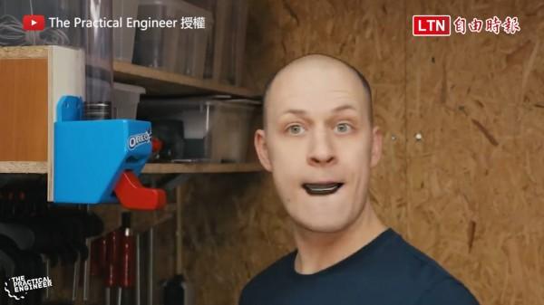 The Practical Engineer自製不用動手就能吃餅乾的裝置。(圖片由The Practical Engineer授權)