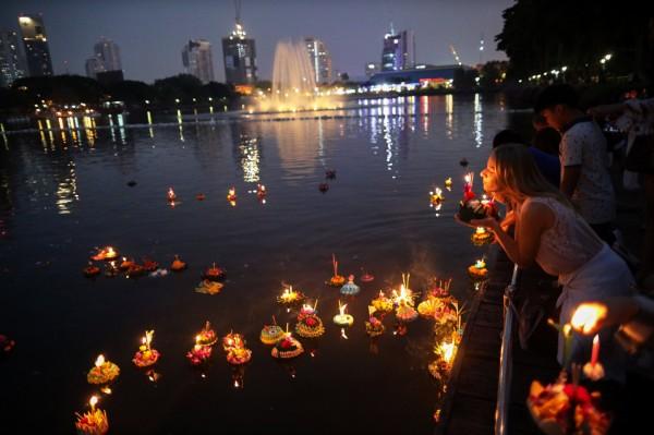 泰國水燈節,民眾會到河邊放水燈,氣氛浪漫唯美,但有婦產科醫師透露,過完節後,診內擠滿有意外懷孕,或感染性病的患者,讓外界質疑水燈節逐漸變調。(路透)