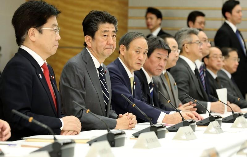日本武漢肺炎疫情蔓延,連日新增多起確診病例。示意圖為首相安倍晉三召開防疫專家會議。(法新社)