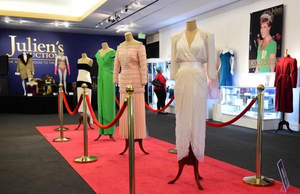 英國王妃戴安娜曾穿過的5套晚禮服在拍賣市場上,以近50萬美元(約新台幣1500萬)成交。(法新社)