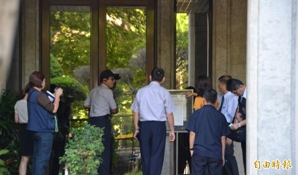 台北地檢署派出主任檢察官陳明進調查昨晚教育部被學生闖入的案件,教育部警衛和檢方說明事發經過。(記者吳柏軒攝)
