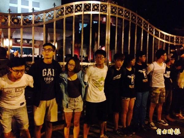 反黑箱課綱學生今日晚間10點左右從教育部轉往立法院。(記者邱燕玲攝)