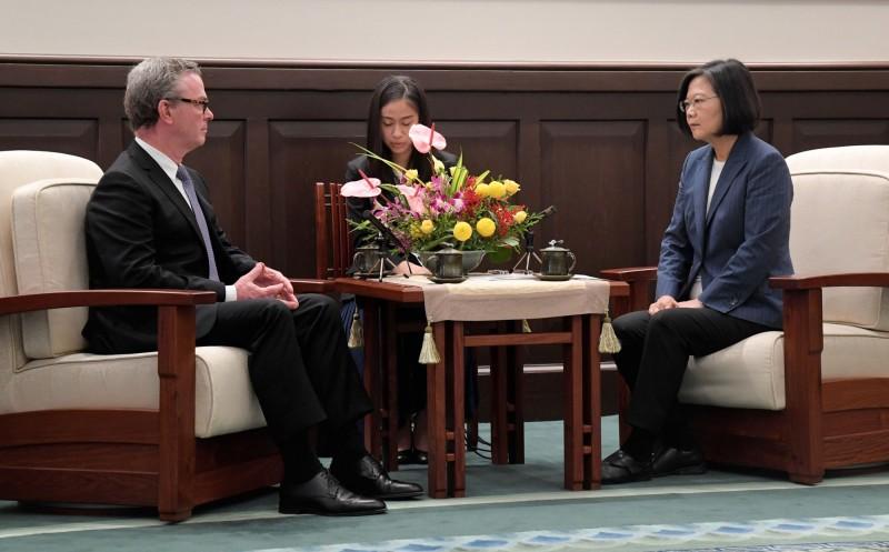 蔡英文總統(右)今日接見澳大利亞前國防部長潘恩(Christopher Pyne),再次提到對香港「反送中」運動的關切,強調支持香港人追求民主自由,但也憂心香港的局勢惡化。所以,「我們會關心,但是不會介入」。(中央社)