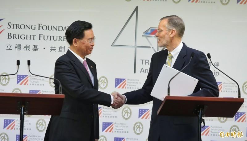 美國在台協會處長酈英傑(右)與外交部長吳釗燮(左)19日共同舉行記者會,宣布建立全新的年度對話機制「印太民主治理諮商」。(記者劉信德攝)