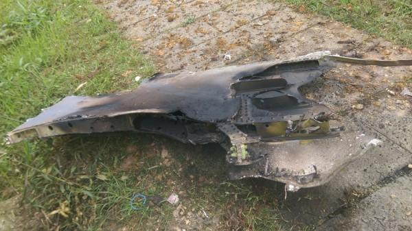參與漢光演習的F16戰機今天下午在瑞芳山區失事,圖為登山民眾發現的戰機殘骸。(圖為報案民眾提供)