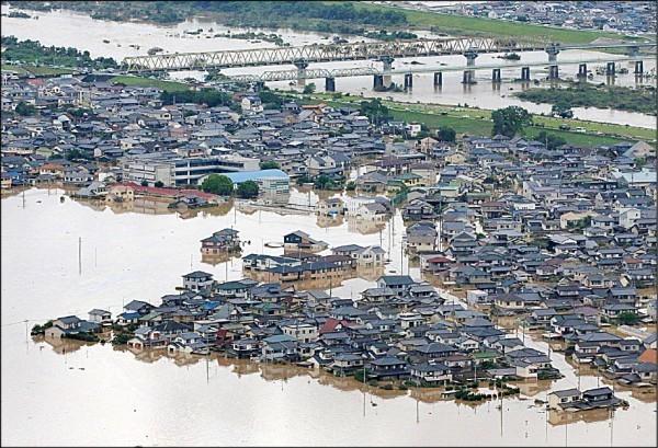 日本連日豪雨造成洪災,岡山縣倉敷市八日災情慘重。(歐新社)