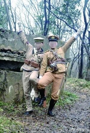 2名中國男子因穿著仿製日本軍服,到南京的中日戰爭碉堡遺址前合照,遭到當地警方逮捕、拘留。(圖擷取自微博)