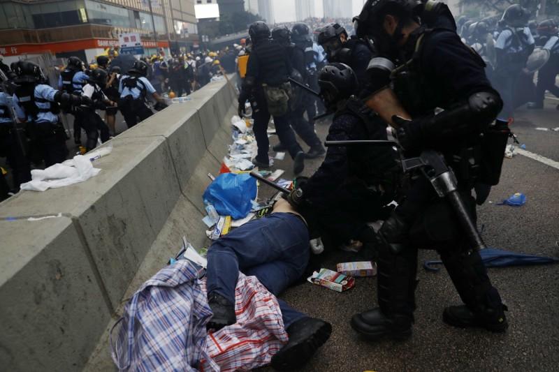 香港政府欲強推《逃犯條例》修正法案,引發百萬群眾上街抗議,昨日警方強勢清場時卻造成流血衝突。(彭博)
