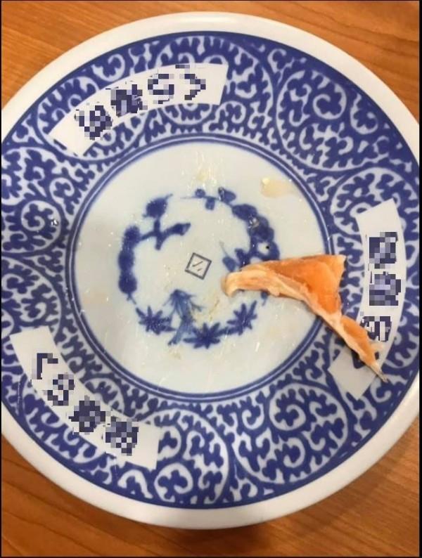 原po貼出吃壽司吃到魚刺的照片。(圖擷自《爆料公社》)