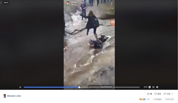 加拿大新斯科細亞省格萊斯灣高中有名14歲腦性麻痺少年科貝特(Brett Corbett),7日時被同學逼迫。在低溫天氣下,趴在布滿泥濘的小溪上,充當「人肉橋梁」。(翻攝自「Brandon Jolie」臉書)