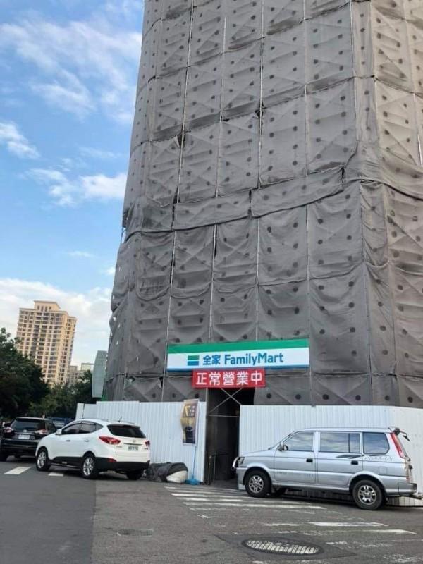 台中市博館路上有間全家,大樓搭起鷹架整修,這間便利商店卻還營業著,讓網友大驚。(圖擷取自臉書社團「廢版北韓公社」)