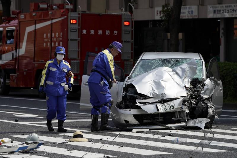 日本87歲老翁飯塚幸三元開車衝撞斑馬線上的10名行人,導致一對母女喪命。警方調查後發現老翁行動不便經常拄拐杖。(歐新社)
