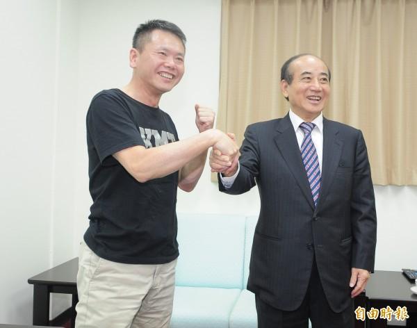 國民黨立委林為洲(左)拜會前立法院長王金平(右),兩人有說有笑,互相握手致意。(記者王藝菘攝)