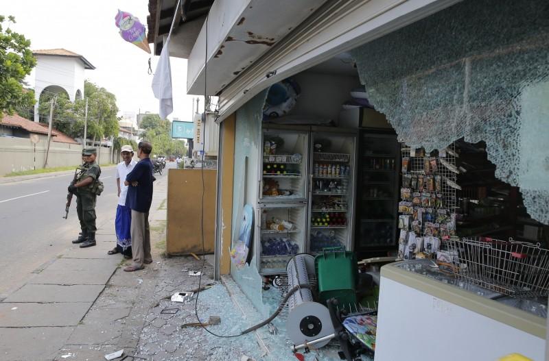 斯里蘭卡恐攻後,宗教局勢緊張。許多穆斯林開設的商店遭人惡意攻擊。(美聯社)