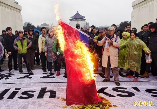 自由台灣黨等多個團體28日赴中正紀念堂要拉起大布條要求拆蔣中正銅像,並焚燒國旗。(記者張嘉明攝)