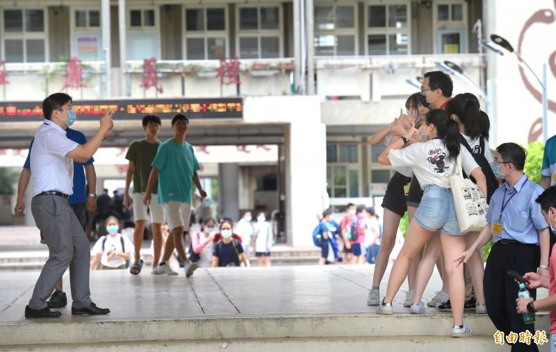 國中會考第二天考試結束,考生神情愉快步出考場。(記者方賓照攝)