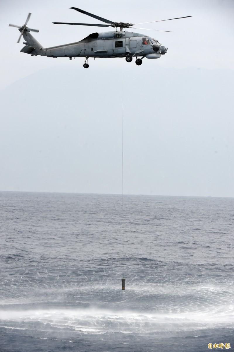 S-70C反潛直升機實施吊放式聲納偵蒐作業。(記者廖振輝攝)