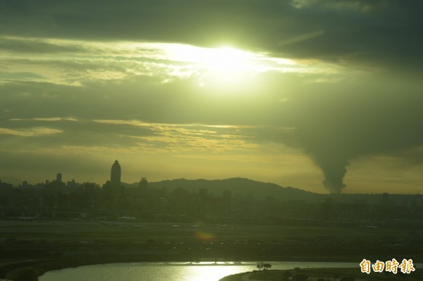在台北內湖可見遠方濃煙蔽日,民眾原以為是龍捲風。(記者王元鴻攝)