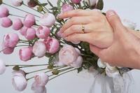 焦姓空姐的男友在飛機上突然拿著戒指和花向她求婚,場面溫馨感人,不過事後焦女卻被航空公司炒魷魚了;此為示意圖,與本事件無關。(情境照)