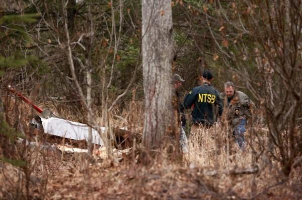 調查人員威廉斯表示,在飛機尾翼上發現白頭鷹屍骸,研判白頭鷹可能是撞上機尾,損害尾翼結構,機師無法控制飛機導致墜毀。(圖擷取自Alaska Dispatch News)