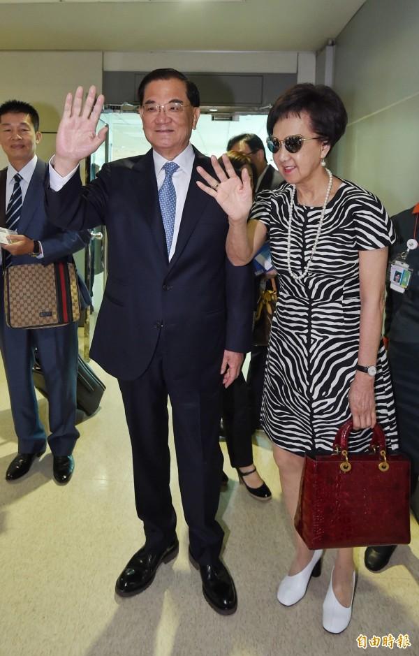 國民黨前主席連戰今率團啟程前往北京訪問。(記者劉信德攝)