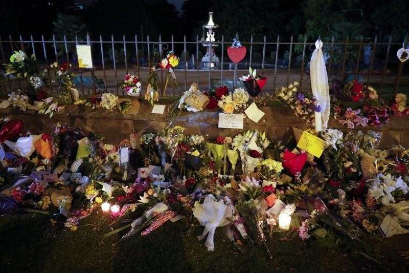 紐國清真寺槍擊案造成49死,40餘傷,民眾獻花哀悼。(美聯社)