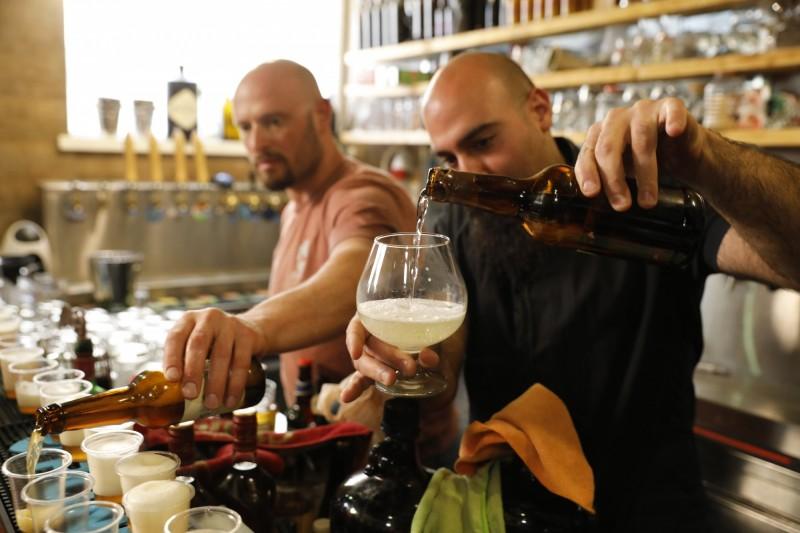 以色列研究人員使用了從古代容器提取的「古老酵母」製作了啤酒和蜂蜜酒,這些酵母已有5000多年的歷史。(美聯社)